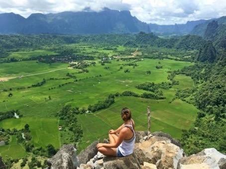 Vang vieng : Vang Vieng est une petite ville au bord de la rivière au Laos, autrefois connue comme centre de fête pour les randonneurs.